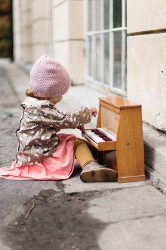 cocuk-kucuk-piyano-nedir-ne-demek-cesitleri-kimdir-bilgi-sozluk-piyanist-piyanolar-nota-muzik-sag-sol-el-sol-fa-do-anahtari-yorum-akustik-5