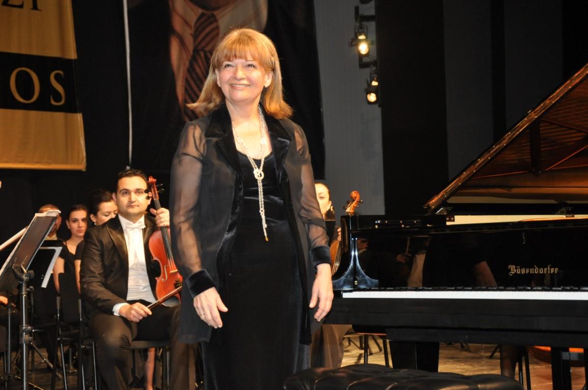 Meşhur ve Ünlü Türk Piyanistleri, Piyanist İDİL BİRET Kimdir