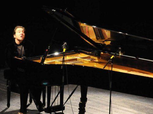 Ünlü Türk Piyanistler, Piyanist FAZIL FAY Kimdir. Hayatı - Özgeçmişi Piyano Konser Görüntüsü Fazil say kuyruklu Akustik piyano albüm bestesi resital