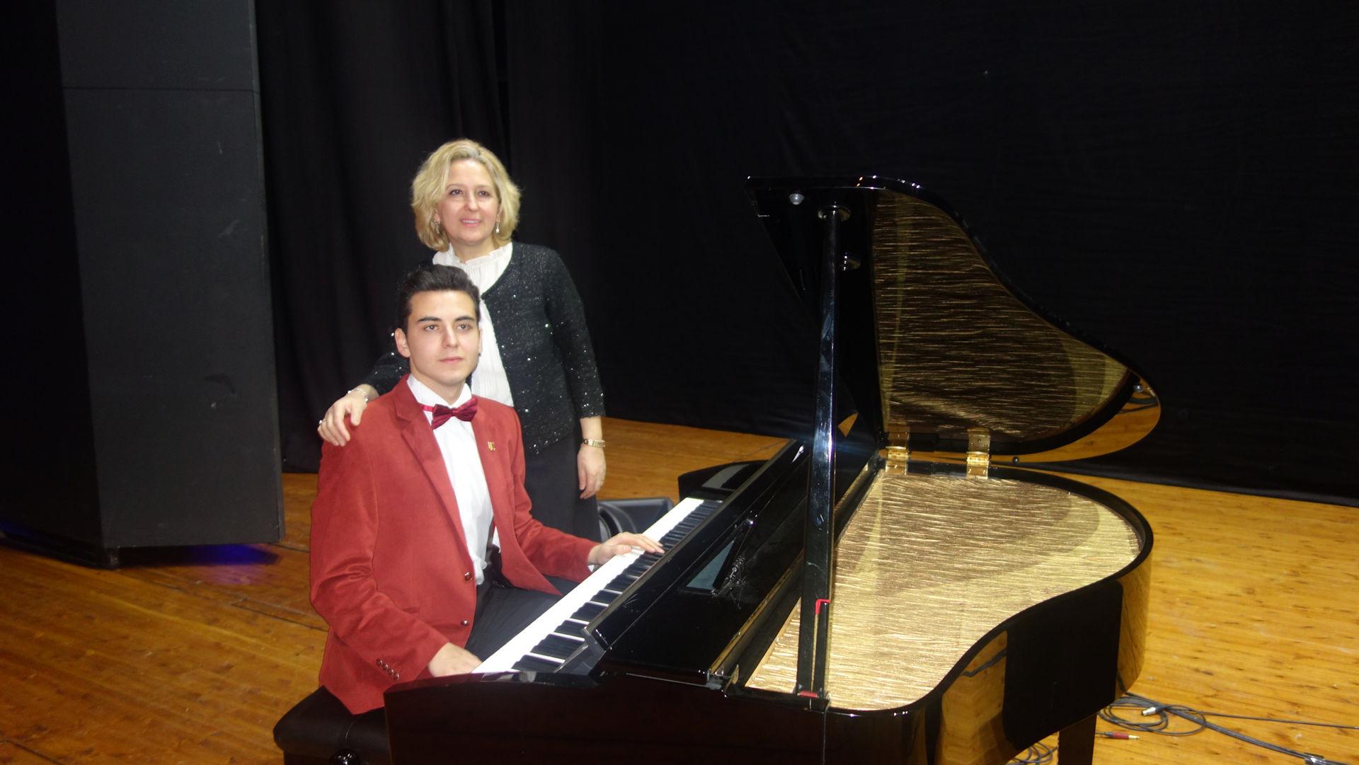 DSC05478 Genç Piyanist Güneş Yakartepe Piyano Konseri. PiyanoTürk Müzik Grubu. İBB Kartal Bülent Ecevit Kültür Merkezi. İstanbul Büyükşehir Belediyesi Kültürel Etkinlikleri